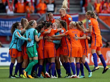 Nederland viert feest na de gemaakte 4-2 van Vivianne Miedema