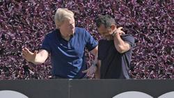 Oliver Kahn und Hasan Salihamidzic arbeiten im Hintergrund beim FC Bayern an den Transfers