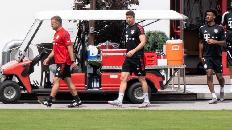 Berlin im Blick:Bayern-Coach Hansi Flick und sein Team