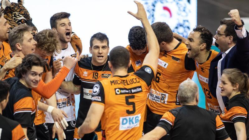 Das Team der Berlin Volleys jubelt nach dem Sieg