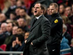 Het loopt bij Ajax nog niet naar de wens van Frank de Boer in de openingsfase van het duel met De Graafschap. De trainer probeert zijn spelers langs de zijlijn aanwijzingen te geven. (20-12-2015)