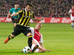 Met een mooie sliding op de bal houdt Mike van der Hoorn (r.) Valeri Qazaishvili van een grote kans tijdens Ajax - Vitesse. (23-01-2016)