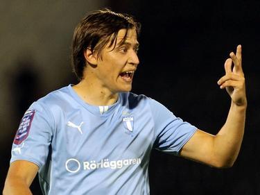 Simon Thern geeft aanwijzingen aan zijn teamgenoten van Malmö FF in een oefenwedstrijd tegen Belgrade. (27-06-14)