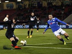 Eindhoven speler Tom Boere schiet en FC Den Bosch speler Moreno Rutten probeert de bal te blokken. (06-12-14)