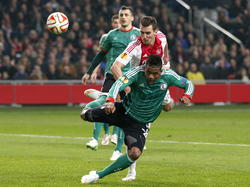 Arkadiusz Milik (r.) van Ajax wint het kopduel van Legia Warschau-speler Dossa Junior (l.). (19-02-2015)