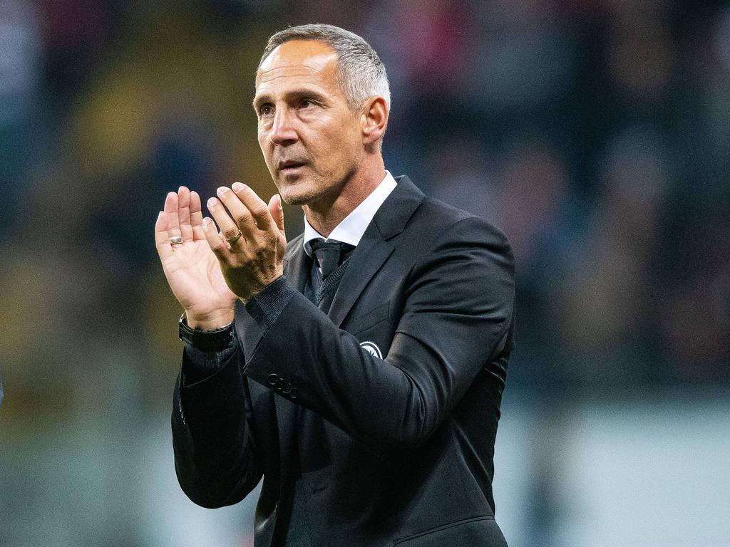 Adi Hütter beklatscht die Eintracht-Gala gegen Lazio Rom. © imago/Jan Hübner