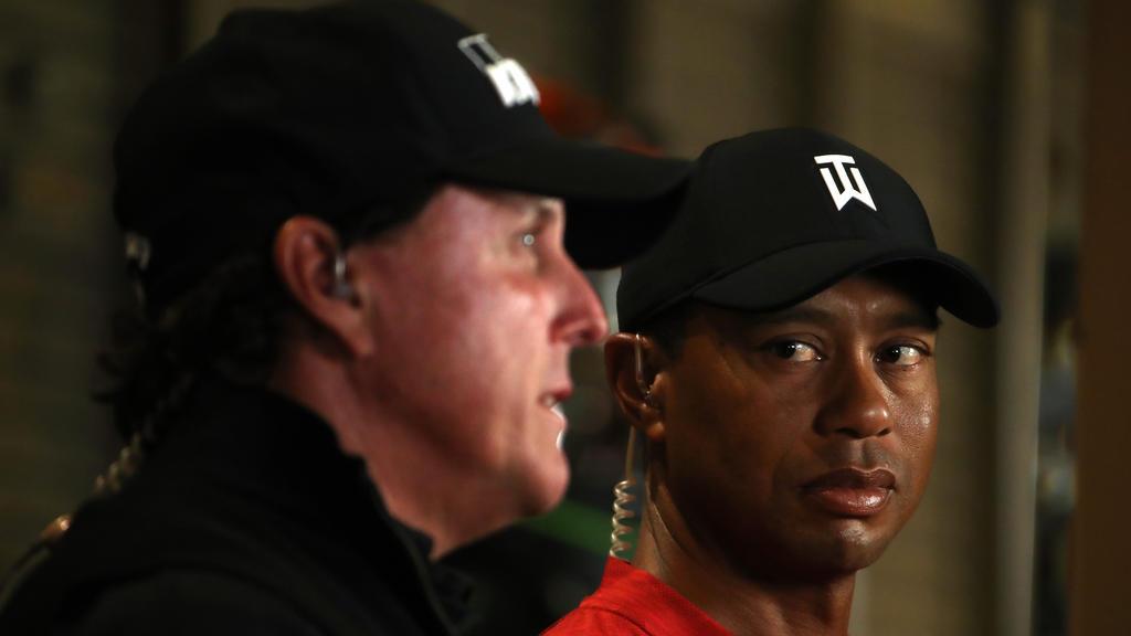 Tiger Woods (r.) und Phil Mickelson duellieren sich an Thanksgiving