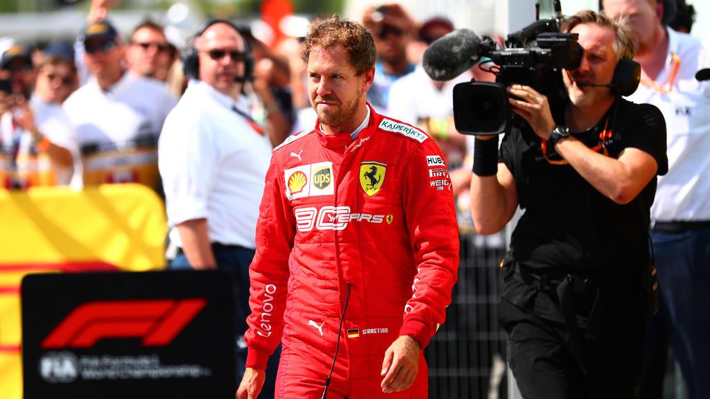 Die umstrittene Szene: Sebastian Vettel kommt von einem Ausritt zurück und schneidet Lewis Hamilton den Weg ab