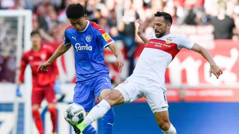 VfB-Profi Castro versucht Kiels Jae-sung Lee (l.) zu stoppen