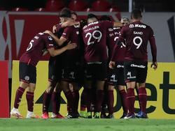 Lanús celebra uno de sus tantos en el encuentro ante Independiente.