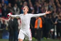 Buitenspeler Viktor Fischer kan zijn geluk niet op na de zege van Ajax. De Deense buitenspeler was in het met 0-3 gewonnen bekerduel met IJsselmeervogels goed voor twee treffers. (19-12-2013)