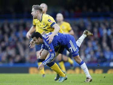 Kevin van Veen vecht een duel uit met Pedro (#17) tijdens het FA Cup-duel Chelsea - Scunthorpe United. (10-01-2016)