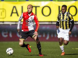 Karim El Ahmadi (l.) heeft Renato Ibarra in zijn nek hijgen, maar is wel baas over de bal. (13-03-2016)
