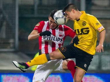 Héctor Moreno (l.) en Georgiy Zhukov vechten een kopduel uit tijdens de competitiewedstrijd Roda JC - PSV. (16-04-2016)