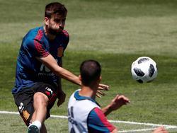 Piqué pone un balón en largo durante el partidillo de hoy. (Foto: Imago)