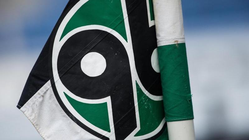 Das Logo von Hannover 96 ist auf eine Flagge an der Eckfahne zu sehen