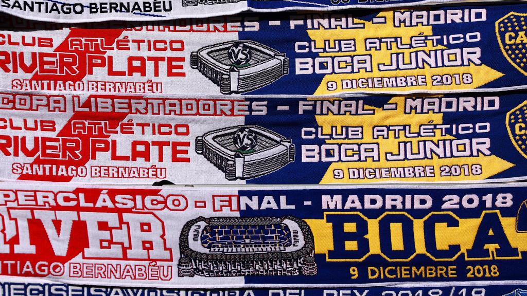Bufandas conmemorativas en las puertas del Bernabéu. (Foto: Getty)