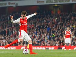 Carl Jenkinson legt aan voor een schot in de vierde ronde van de EFL Cup tussen Arsenal en Reading. (25-10-2016)