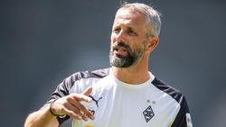 Gladbach-Coach Marco Rose blickt mit Spannung auf das Spiel gegen Schalke 04