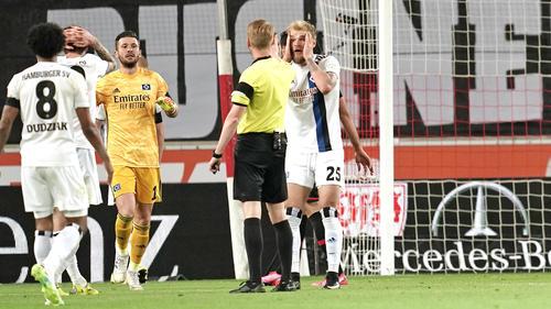 Timo Letschert kann den Elfmeterpfiff nicht fassen