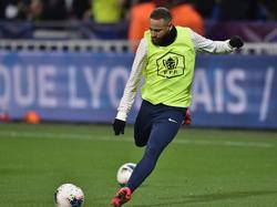 Neymar dispara a portería en un duelo de la Copa de Francia.