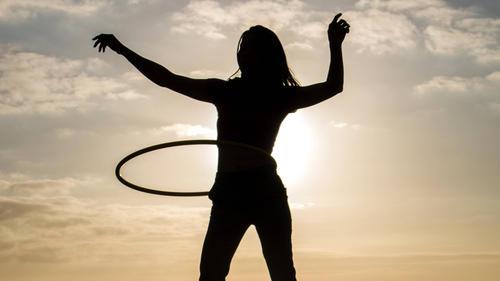Die permanente Spannung in der Muskulatur sorgt beim Hula Hoop für sehr positive Effekte