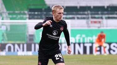 Der Nürnberger Mats Möller Daehli spielt den Ball