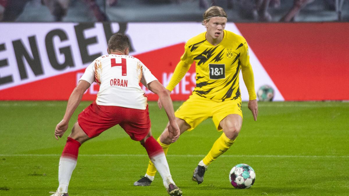 Erling Haaland (r.) vom BVB im Duell mit Willi Orban von RB Leipzig