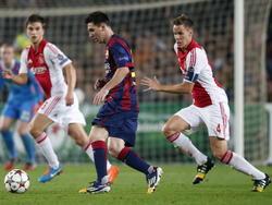 Nikki Zimling houd Andres Iniesta van de bal tijdens FC Barcelona - Ajax in de Champions League. (21-10-14)