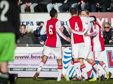 De spelers van Ajax A1 kunnen juichen na de 0-1 van Donny van de Beek. De blonde middenvelder schiet zijn ploeg in Rotterdam op voorsprong tegen Feyenoord A1. (17-01-2015)