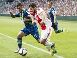 In zijn eerste (oefen)wedstrijd voor Ajax komt Amin Younes (r.) voorbij Vierinha van VfL Wolfsburg. (17-07-2015)