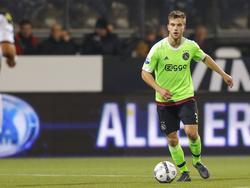 Joël Veltman krijgt alle tijd van Heracles om met een goede oplossing te komen. De Ajax-verdediger dribbelt het middenveld in met de bal aan zijn voet. (17-10-2015)