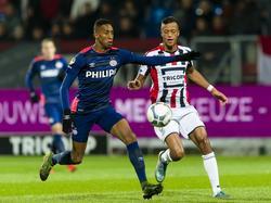 Richairo Živković (r.) zet druk op Joshua Brenet tijdens de competitiewedstrijd Willem II - PSV. (21-11-2015)