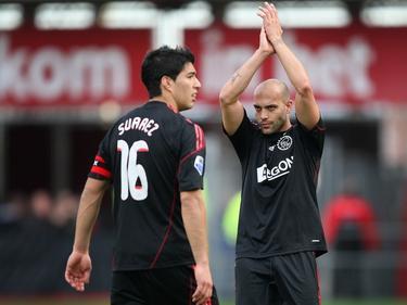 Gabri (r.) bedankt na de winst in Alkmaar het meegereisde publiek van Ajax. Luis Suárez rust nog uit, hij scoorde twee keer in de met 2-4 gewonnen wedstrijd. (25-10-2009)