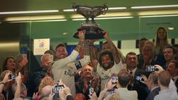 Ramos y Marcelo levantan el Trofeo Bernabéu. (Foto: Getty)