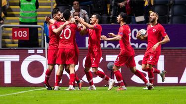 Großer Jubel der Roten: Die Türkei gewinnt nach einer späten Wende in Schweden