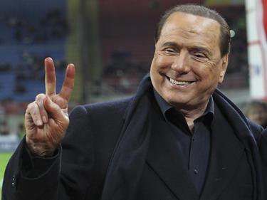 Silvio Berlusconi hace el gesto de la victoria. (Foto: Getty)