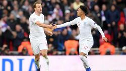 Offensivstars unter sich: Harry Kane klatscht mit BVB-Youngster Jadon Sancho ab