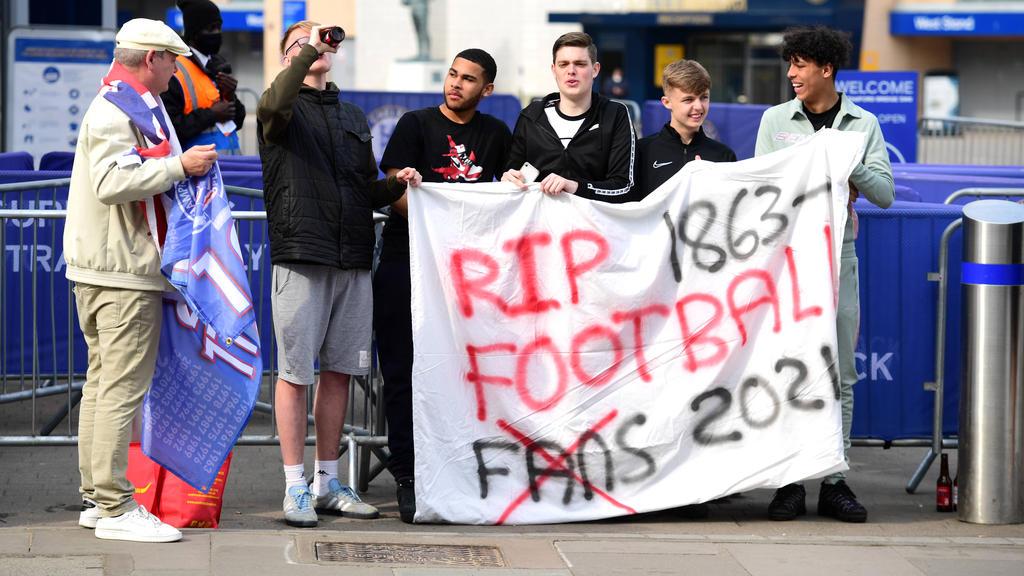 Fans des FC Chelsea protestieren gegen die geplante Super League
