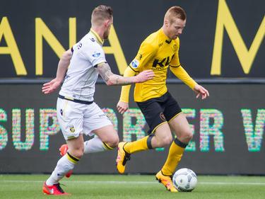 Maikel van der Werff (l.) dwingt Mike van Duinen (r.) tijdens de wedstrijd Roda JC - Vitesse richting de zijlijn. (06-03-2016)