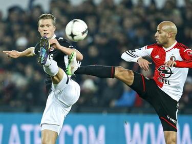 Viktor Elm (l.) en Karim El Ahmadi (r.) gaan beiden op een riskante manier voor de bal tijdens het duel tussen Feyenoord en AZ. (14-12-2014)
