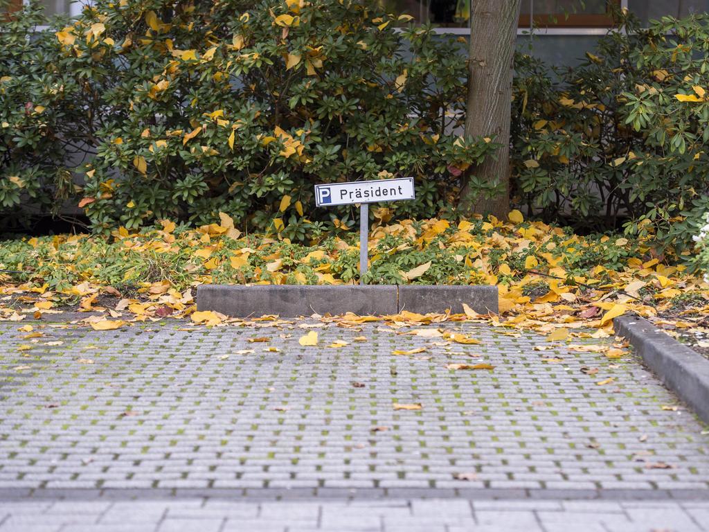 Der Parkplatz des DFB-Präsidenten vor der Zentrale ist derzeit leer