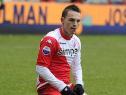 Rodney Sneijder zit geknield en uitgeput op de grond. De middenvelder van FC Utrecht baalt van het 1-1 gelijkspel tegen ADO Den Haag. (12-02-2012)