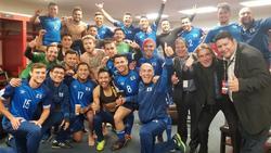 Los jugadores de El Salvador celebran el triunfo tras el partido. (Foto: twitter.com/JuanBarahona96)