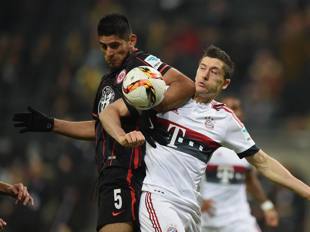 Lewandowskis unangenehmster Gegenspieler in Aktion: Carlos Zambrano (l.)