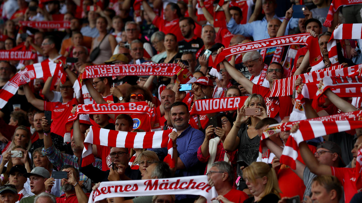 Die Union-Fans feiern ihr Team