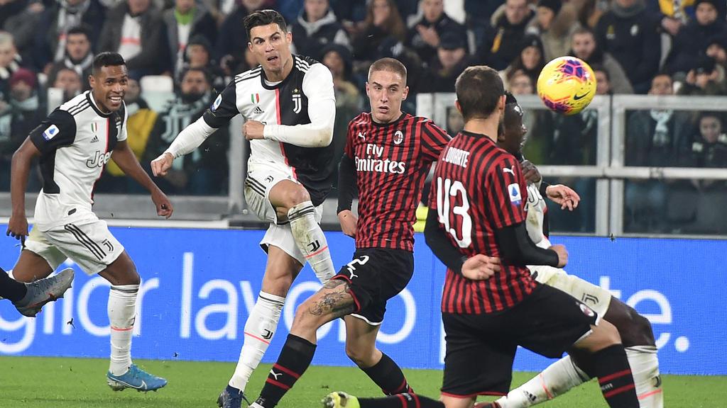 Ronaldo chuta a puerta ante el Milan.