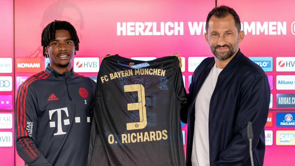 Omar Richards und Hasan Salihamidzic bei der offiziellen Präsentation beim FC Bayern