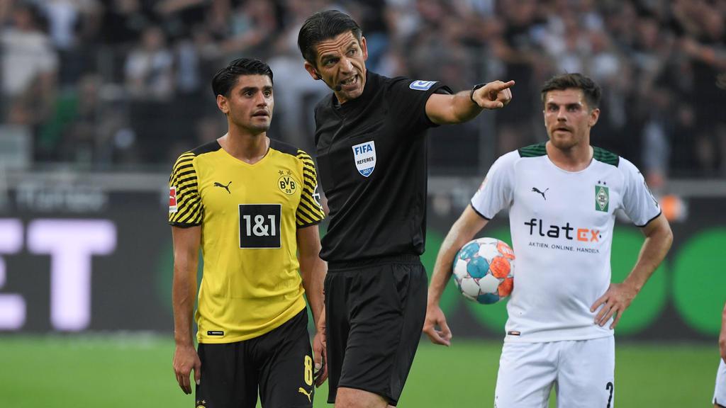Deniz Aytekin (M.) rechtfertigte seinen Platzverweis gegen Mo Dahoud vom BVB