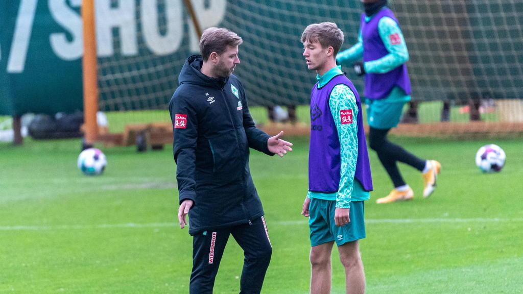 Werder-Cheftrainer Florian Kohfeldt im Gespräch mit Jascha Brandt, jüngerer Bruder von BVB-Star Julian